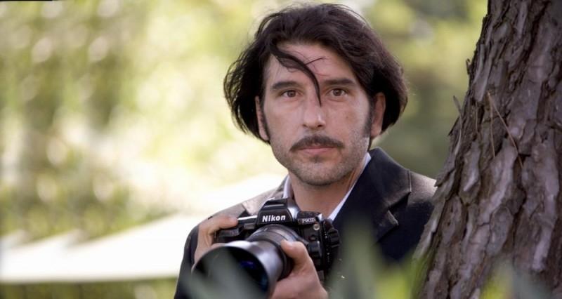Luca Lionello è un uomo tormentato in una scena del film Nero bifamiliare