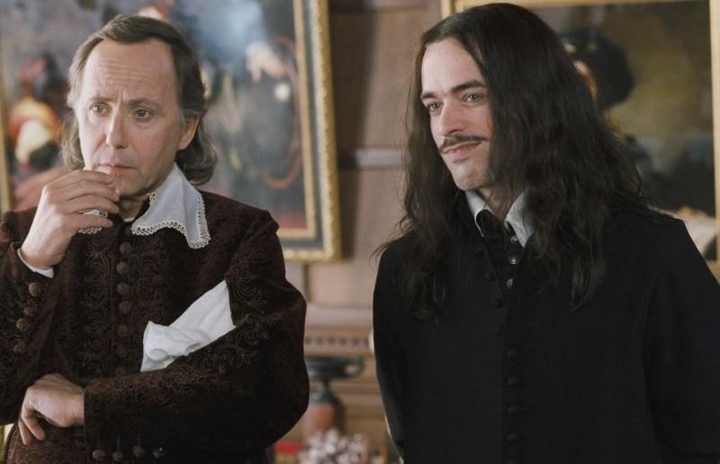 Fabrici Luchini e Romain Duris in una scena de Le avventure galanti del giovane Moliere