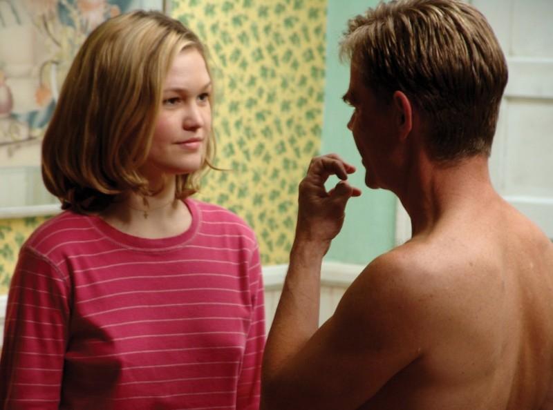 William Macy  (di spalle) e Julia Stiles in una scena del film Edmond