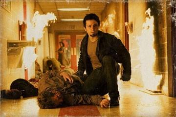 L'attore Freddy Rodriguez in una scena del film Planet Terror, episodio del double feature  Grind House