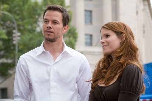 Mark Wahlberg con Kate Mara in una scena di Shooter