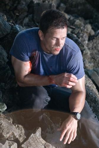 Mark Wahlberg in una scena dell'action Shooter