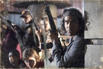 L'attore Naveen Andrews in una scena del film Planet Terror, episodio del double feature  Grind House