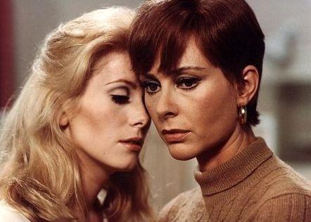 Catherine Deneuve e Genevieve Page in una scena di Bella di giorno.