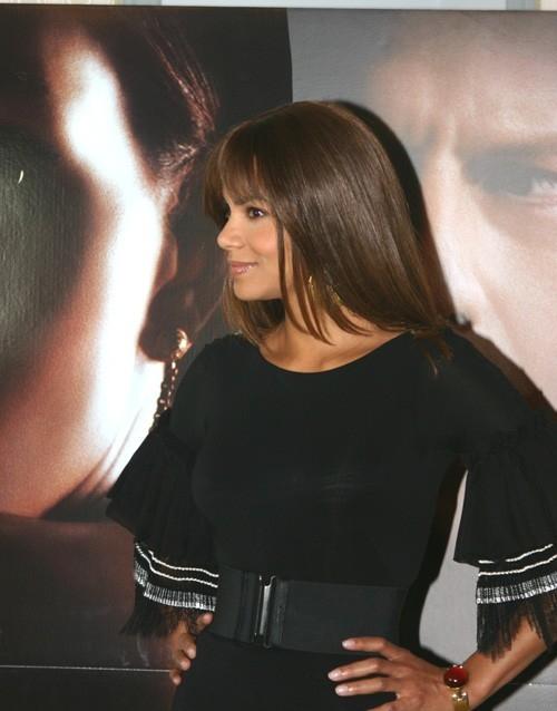 Una splendida Halle Berry a Roma per la presentazione del film Perfect Stranger