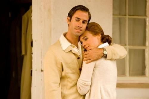Diane Kruger si lascia abbracciare Joseph Fiennes in una scena di 'Il colore della libertà'