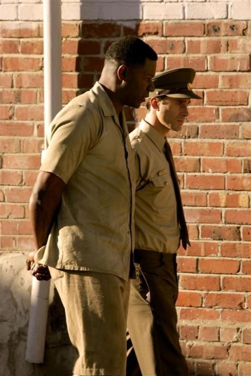 Joseph Fiennes e Dennis Haysbert in una scena di 'Il colore della libertà'
