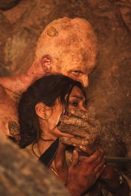 Daniella Alonso e Derek Mears in una scena di The Hills Have Eyes II