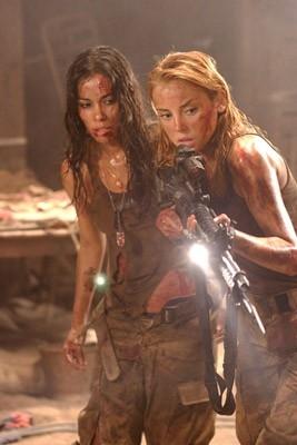 Daniella Alonso con Jessica Stroup in una scena di Le colline hanno gli occhi 2 (The Hills Have Eyes II)