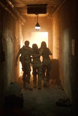 Daniella Alonso, MIchael McMillian e Jessica Stroup in una scena dell'horror The Hills Have Eyes II