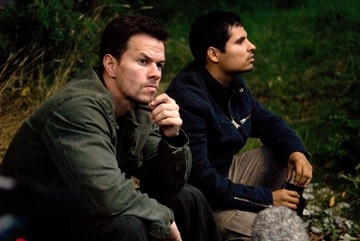 Mark Wahlberg accanto a Michael Pena in una scena di Shooter
