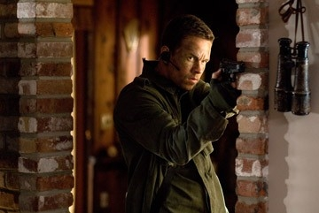 Mark Wahlberg in una scena d'azione di Shooter