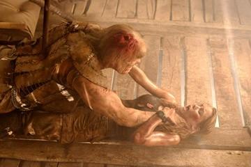 Michael Bailey Smith e Jessica Stroup in una scena di The Hills Have Eyes II