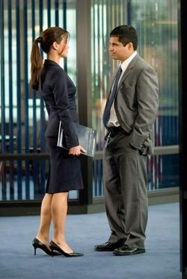 Rhona Mitra e Michael Pena in una scena di Shooter
