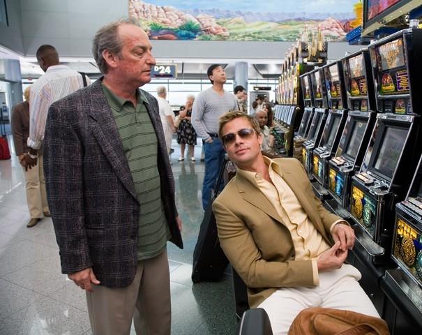 David Paymer e Brad Pitt in una scena del film Ocean's Thirteen
