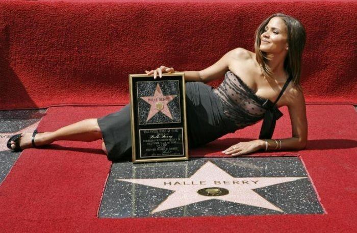 Halle Berry inaugura la stella a lei dedicata sulla Walk of Fame di Hollywood.