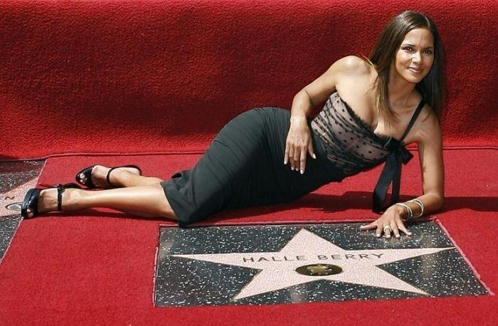 Halle Berry firma la stella a lei dedicata sulla Walk of Fame