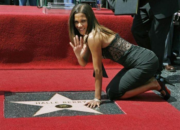 Halle Berry firma la stella a lei dedicata nella celebre Walk of Fame di Hollywood.