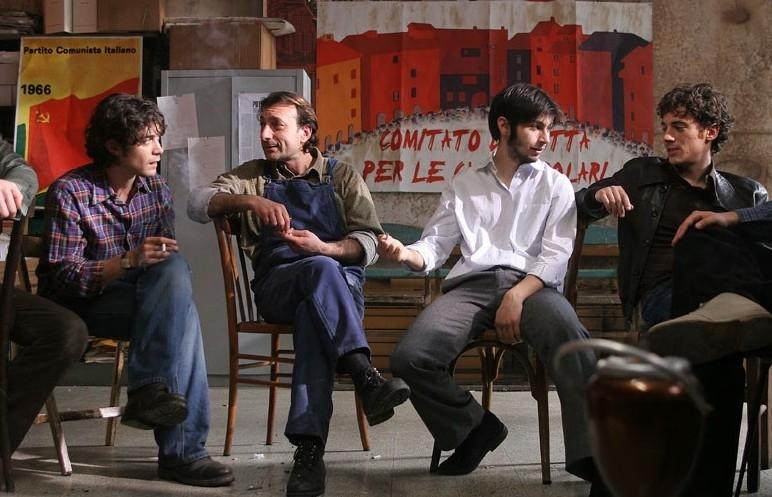 Elio Germano e Riccardo Scamarcio in una scena di Mio fratello è figlio unico