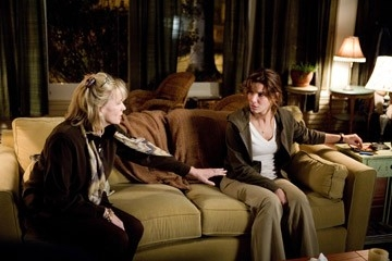 Kate Nelligan e Sandra Bullock  in una scena del film Premonition