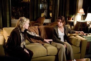 Kate Nelligan e Sandra Bullock  in una scena del film Premonition