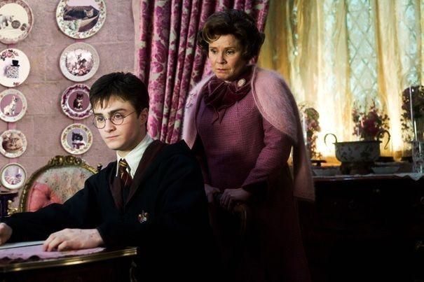 Daniel Radcliffe e Imelda Staunton in una scena del film Harry Potter e l'Ordine della Fenice