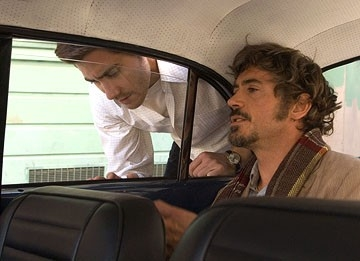 Robert Downey Jr. con Jake Gyllenhaal in una scena del film Zodiac