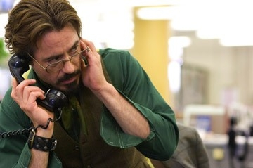Robert Downey Jr. al telefono in una scena del film Zodiac