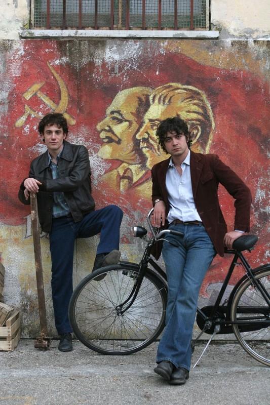 Elio Germano e Riccardo Scamarcio nel film Mio fratello è figlio unico