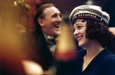 Gerard Depardieu accanto a Marion Cotillard in una scena de 'La vie en rose'