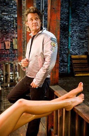 Kurt Russell in una scena tipicamente tarantiniana del film Death Proof, episodio del double feature Grind House