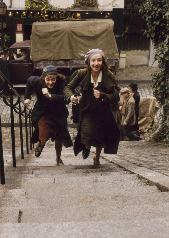 Marion Cotillard e Sylvie Testud in una scena del film La vie en rose