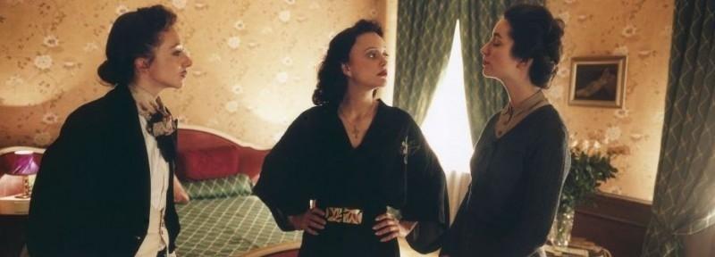 Marion Cotillard è Edith Piaf in una scena del film La vie en rose