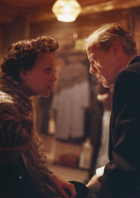 Marion Cotillard in una scena del dramma biografico La vie en rose