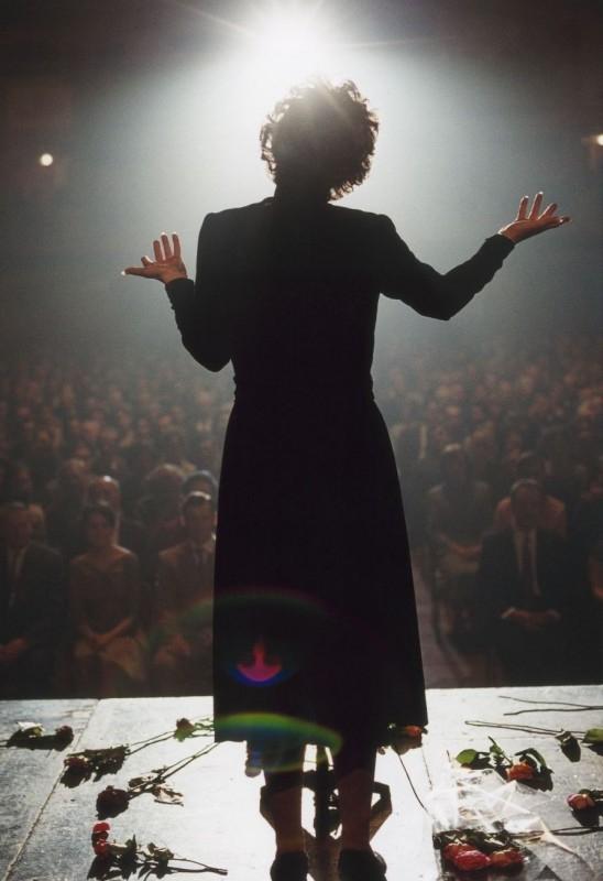 Marion Cotillard sul palcoscenico in una scena del film La vie en rose