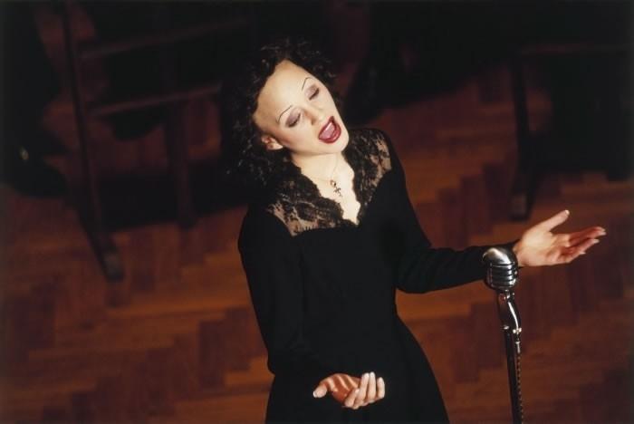 Marion Cotillard interpreta la leggendaria Edith Piaf in una scena del film La vie en rose