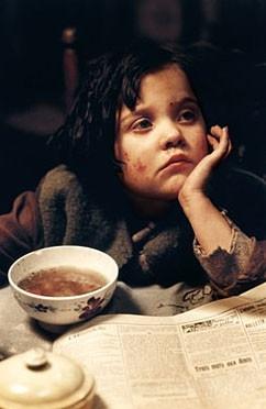 Una scena del film La vie en rose con la bambina che interpreta la piccola Edith