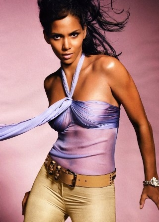 Halle Berry in un'immagine scattata per un servizio di moda