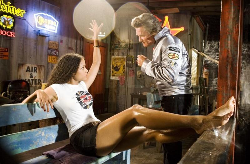 Sydney Tamiia Poitier e Kurt Russell in una scena del film Death Proof, episodio del double feature Grind House