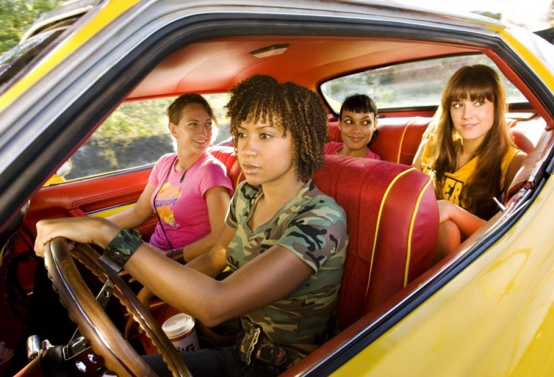 Zoe Bell, Tracie Thoms, Rosario Dawson and Mary Elizabeth Winstead  in una scena del film Death Proof, episodio del double feature Grind House