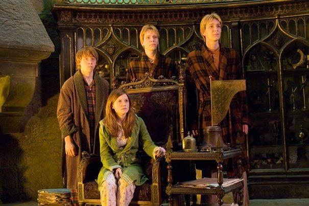 Rupert Grint, Bonnie Wright e i gemelli Oliver e James Phelps in una scena del film Harry Potter e l'Ordine della Fenice