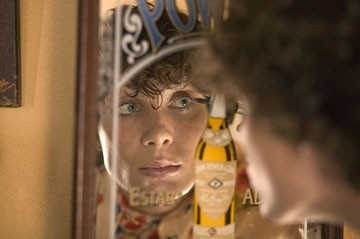 Cillian Murphy allo specchio in una scena del film Breakfast on Pluto
