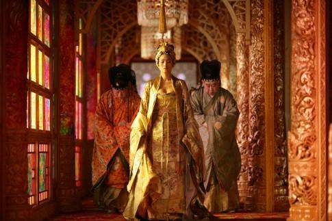 Gong Li in una scena del film La città proibita del 2006