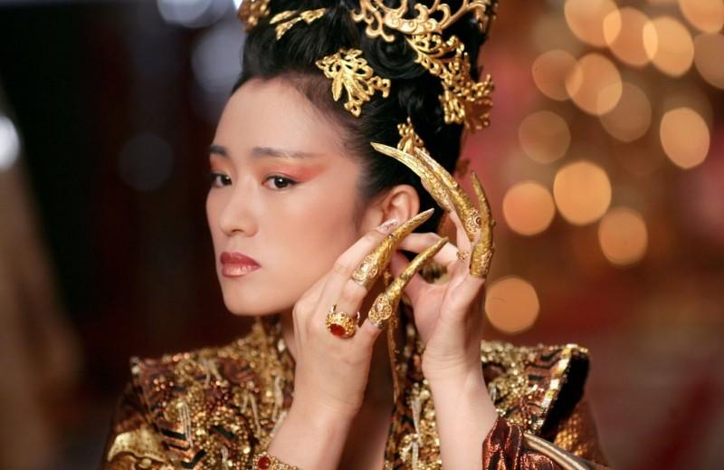 Una regale Gong Li in una scena del film La città proibita