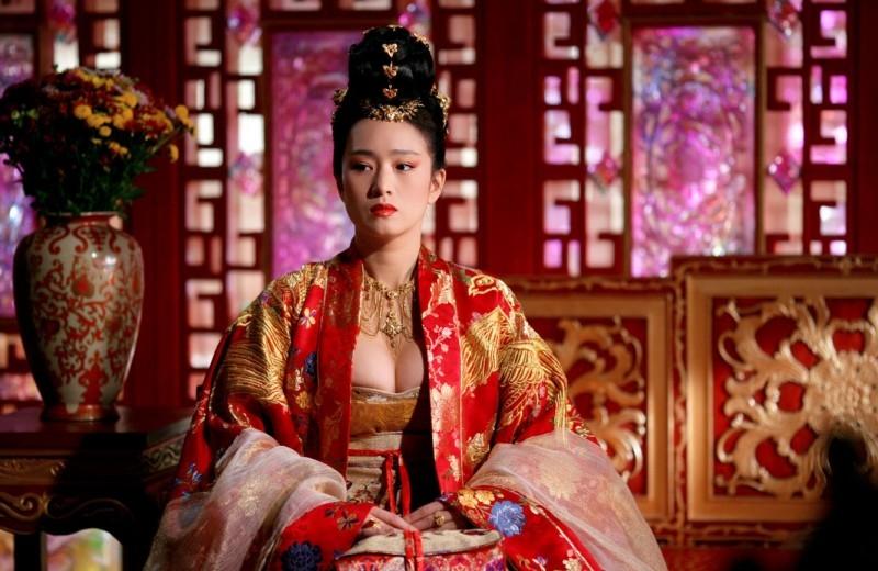 Gong Li in una scena del film La città proibita