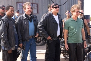 John Travolta, Martin Lawrence, Tim Allen e William H. Macy in una sequenza di Svalvolati on the Road
