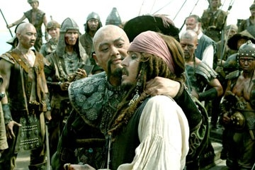 Johnny Depp e Chow Yun-Fat in una scena di Pirates of the Caribbean: At Worlds End