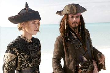 Keira Knightley e Johnny Depp in una scena di Pirates of the Caribbean: At Worlds End