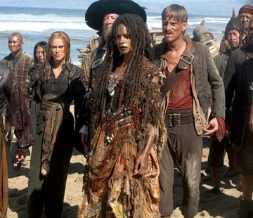 Keira Knightley, Geoffrey Rush, Naomie Harris e MacKenzie Crook in una scena di Pirates of the Caribbean: At Worlds End