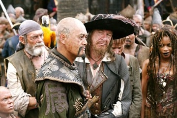 Martin Klebba, David Bailie, Chow Yun-Fat, Geoffrey Rush  e  Naomie Harris in una scena di Pirates of the Caribbean: At Worlds End